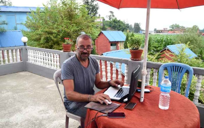 Tilasmi aan het werk met het maken van de website van Shop Around the World